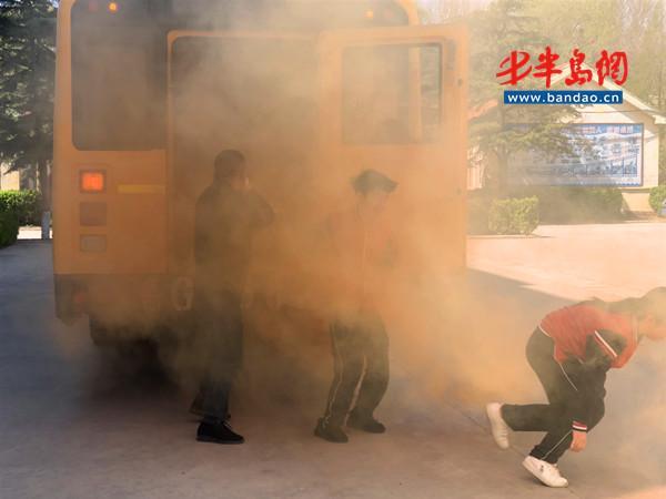 乘坐校车突发火灾,诸城这些学生这样做!